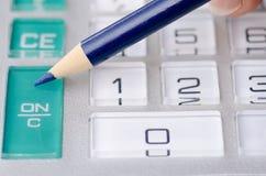 Räknemaskinen och skrivar tillfoga revisorn figurerar Arkivbild