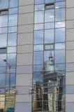 Den spegelförsedda fasaden av den moderna byggnaden Royaltyfria Bilder