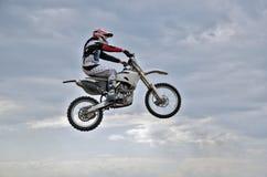 Den spektakulära hoppmotocrossraceren Arkivfoto