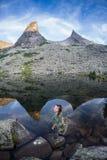 Den spektakulära sikten av sjökonstnärer en av den mest fotograferade sjön i Ergaki, Ryssland Royaltyfria Bilder