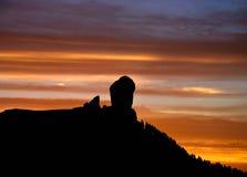 Den spektakulära solnedgången från det naturligt parkerar Roque Nublo, Gran canaria, kanariefågelöar Arkivbild