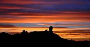 Den spektakulära solnedgången från det naturligt parkerar Roque Nublo, Gran canaria, kanariefågelöar Arkivfoton