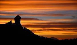 Den spektakulära solnedgången från det naturligt parkerar Roque Nublo, Gran canaria, kanariefågelöar Royaltyfri Foto