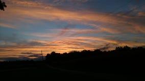 Den spektakulära solnedgången gör himmel nätt Arkivfoton