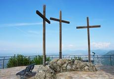 Den spektakulära synvinkeln av Monte Tre Croci tre kors monterar uppifrån av San Maurizio av Brunate, Como, Italien Royaltyfri Bild