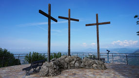 Den spektakulära synvinkeln av Monte Tre Croci tre kors monterar uppifrån av San Maurizio av Brunate, Como, Italien Royaltyfria Foton