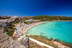 Den Spiaggia diRena Bianca stranden med rött vaggar, och azurer gör klar vatten, Santa Terasa Gallura, Costa Smeralda, Sardinia,  arkivbilder