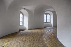 Den spiral rampen i runt torn i Köpenhamn Fotografering för Bildbyråer
