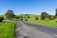 Den spolande stenlade vägen i Santa Teresa parkerar, San Jose, Santa Clara County, Kalifornien arkivbild