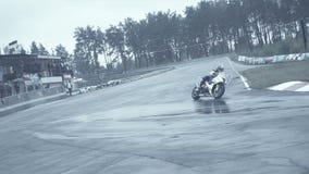 Den Sportbikes gruppen som kommer in i skarpt, vänder på huvudvägen stock video