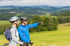 Peka cyklister koppla ihop på sommar tillbringar veckoslutet naturen Arkivbild