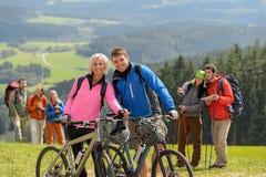 Den sportiga cyklisten kopplar ihop fotvandrare som springtime tillbringar veckoslutet Royaltyfri Bild