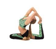 Den sportiga flickan som poserar i svår sträckning, poserar Royaltyfri Fotografi