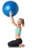 Den sportiga kvinnan med gymnastiskt klumpa ihop sig Arkivbilder