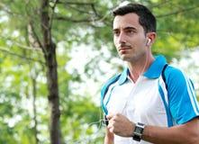 Den sportiga unga mannen tycker om att jogga utomhus- genomkörare Arkivbilder