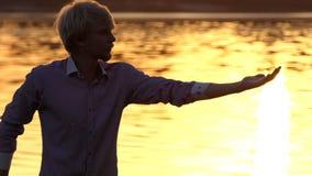 Den Sportive mannen öva en andningövning på träd rotar i slo-mo arkivfilmer