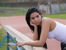 Den sportsliga kvinnan litar på sportutrustning Royaltyfria Foton