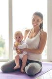 Den sportsliga mamman och behandla som ett barn arkivfoton