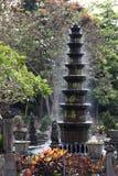 Den Spouting springbrunnen med brusandedroppar i Bali bevattnar slotten gard Arkivfoto
