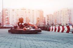 Den springa bilen på spåret i handling, mästerskapet, aktiva sportar, extrem gyckel, chauffören håller hans händer på hjulet skyd arkivbild
