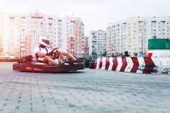 Den springa bilen på spåret i handling, mästerskapet, aktiva sportar, extrem gyckel, chauffören håller hans händer på hjulet skyd arkivfoto