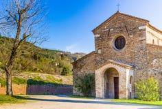 Den stämningsmättade religiositeten av den italienska romanska kyrkan Royaltyfri Foto