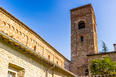 Den stämningsmättade religiositeten av den italienska romanska kyrkan Arkivfoton