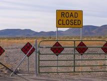Den stängda Phoenix Arizona ökenvägen sköt tätt Arkivbilder