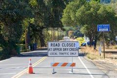 Den stängda vägen undertecknar in Napa, Kalifornien Arkivfoton