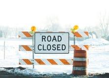 Den stängda vägen undertecknar in vinter Royaltyfri Bild