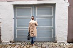 Den stängda ytterdörren, lät mig in Royaltyfria Bilder