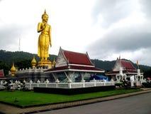 Den stående Buddha på Hat Yai parkerar, Songkhla Thailand royaltyfria foton