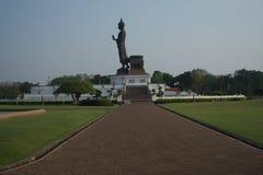 Den stående buddhaen i parkera Royaltyfri Bild
