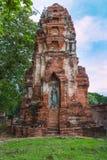 Den stående Buddhastatyinsidan fördärvade pagoden på Ayuttha Historica arkivfoton