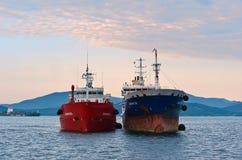 Den stående sidan för två tankfartyg - förbi - sid på vägarna Nakhodka fjärd Östligt (Japan) hav 15 08 2014 Royaltyfri Bild