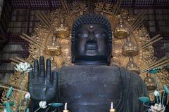 Den största bronsstatyn för världar av Buddha i den stora Buddha Hal, Daibutsuden Royaltyfria Foton