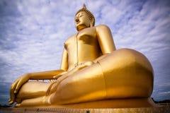 Den största guld- Buddha med blå himmel som en bakgrund Royaltyfri Bild