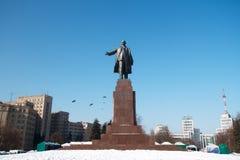 Den största monumentet till Lenin i Kharkov i vinter Royaltyfria Bilder