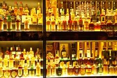 Den största samlingen för Scotch Whisky i världen Arkivfoton