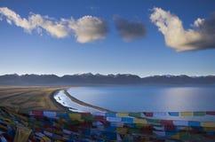 Den största sjön i Tibet royaltyfri bild