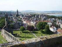 Den St Andrews staden i Skottland med sikt fördärvar på av gotisk domkyrka Arkivfoto