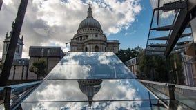 Den St Paul domkyrkan i London med moln reflekterade i en spegel Arkivbild