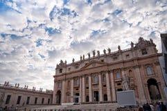 Den St Peter basilicaen beklär fachade med den molniga skyen på Vatican Royaltyfri Foto