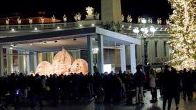 Den St Peter fyrkanten, julkrubban realiserade med sanden av Jesolo och julgranen som dekorerades med guld-färgade ljus arkivfilmer