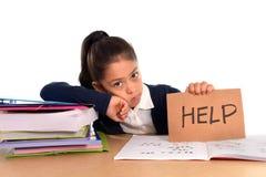 Den söta lilla flickan borrade under spänning som frågar för hjälp i hatskolabegrepp Arkivbilder