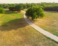 Den stads- flyg- sikten parkerar med stenlagd bana i Texas, USA Royaltyfri Foto