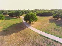 Den stads- flyg- sikten parkerar med stenlagd bana i Texas, USA Royaltyfri Bild