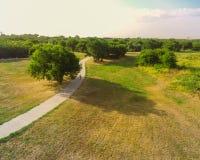 Den stads- flyg- sikten parkerar med stenlagd bana i Texas, USA Arkivbilder