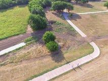 Den stads- flyg- sikten parkerar med stenlagd bana i Texas, USA Royaltyfria Foton