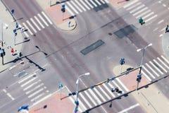 Den stads- gatan trafikerar och övergångsstället Arkivbild